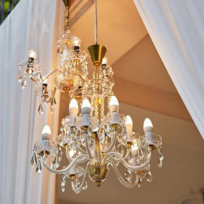żyrandolwe nascenie letniej Pałacu wRybnej podczas ślubu humanistycznego