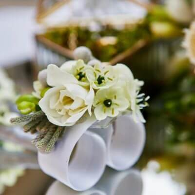korsarz narękę zbiałych kwiatów