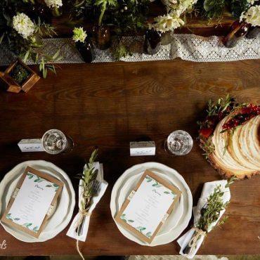 stół rystykalny zastawa, tort, kwiaty wbuteleczkach