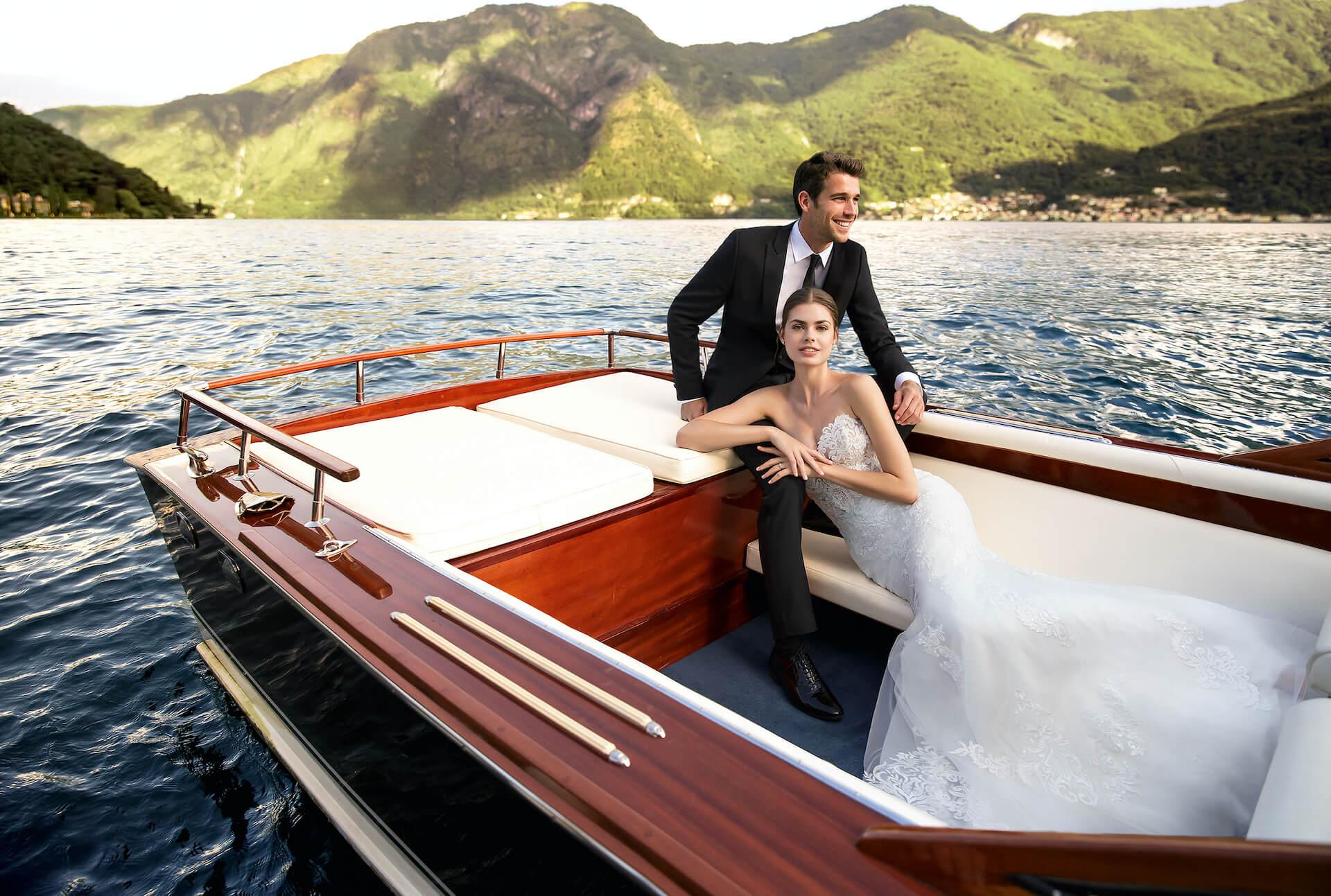 Para Młoda na czerwonej łodzi